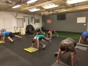 crossbody mountain climbers being performed in boot camp class in catalyst 4 fitness studio